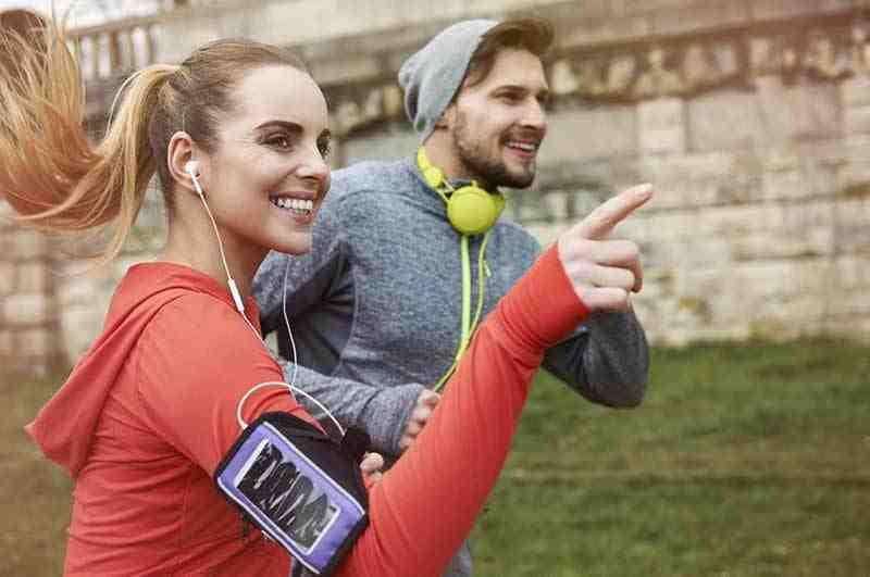 Une femme et un homme faisant un jogging.