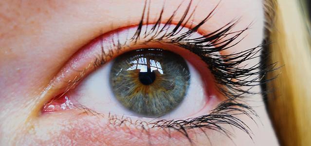 Gros plan sur l'oeil d'une femme