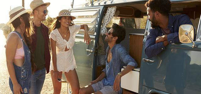Groupe d'amis discutant près d'un van