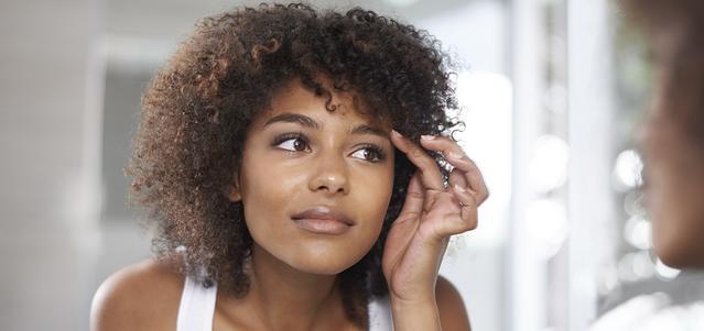 Une jeune femme se regardant dans un miroir