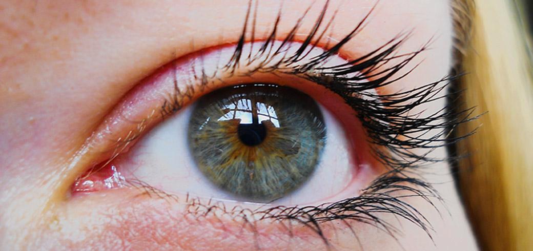 Gros plan sur l'œil d'une femme.