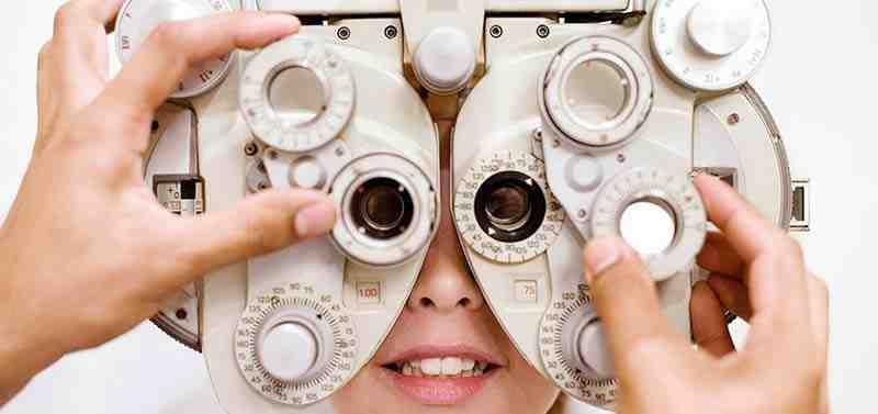Un médecin réalisant un examen oculaire